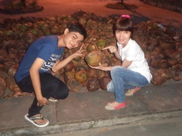 Làm dáng bên mấy trái dừa khô